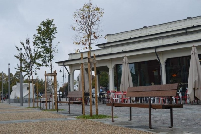euroform w - urban furniture - parkbench wood at square with restaurants - seating - Lineaseduta light
